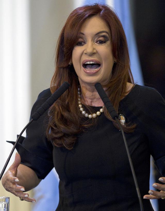 La presidenta argentina Cristina Fernández, cuando firmaba la ley de nacionalización de YPF.