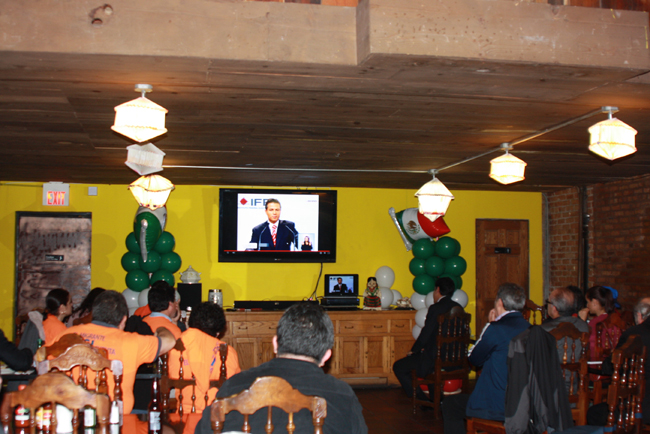 Afiliados al PAN, PRO y PRD se reunieron en el restaurante Cuernavaca, a ver el debate televisivo de los candidatos a la presidencia de México.