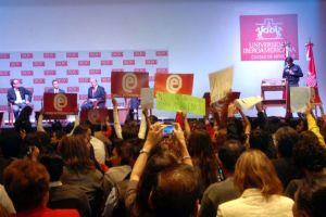 Abuchean a Peña Nieto en Universidad Iberoamericana