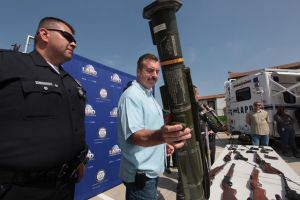 Entregan una bazuca a la Policía de LA
