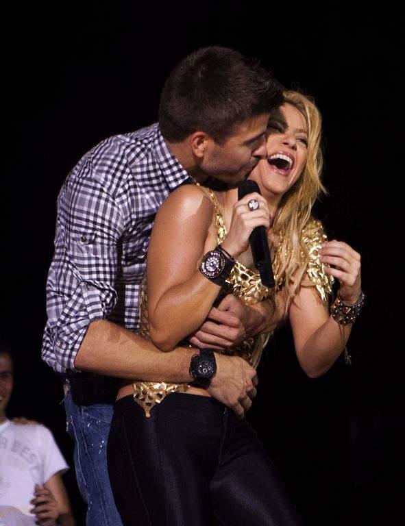 Piqué le es infiel a Shakira