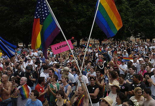 Hispanos motivados por apoyo al matrimonio gay