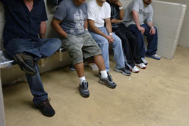 Foto de archivo que muestra a inmigrantes detenidos.