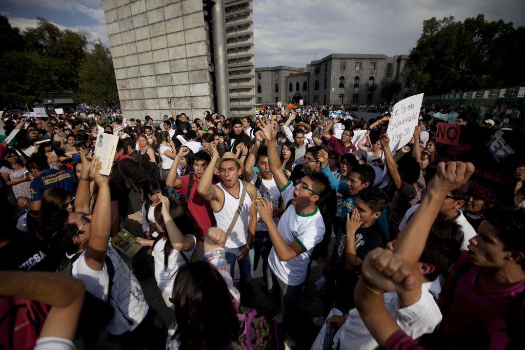 Los manifestantes se congregaron con mantas en blanco en el polémico monumento Estela de Luz.