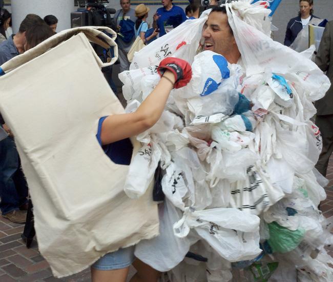 Activistas hacen una parodia sobre la batalla perdida de las bolsas de plastico contra las bolsas reciclables.