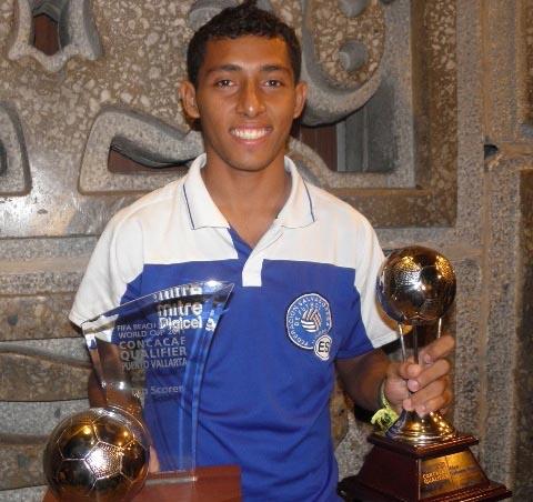 El futbolista playero 'Frank' Velásquez con los títulos que ha logrado.
