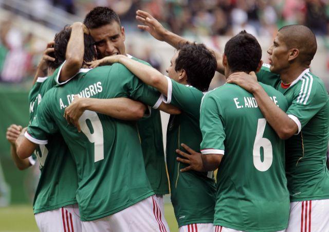Jugadores celebran la victoria.