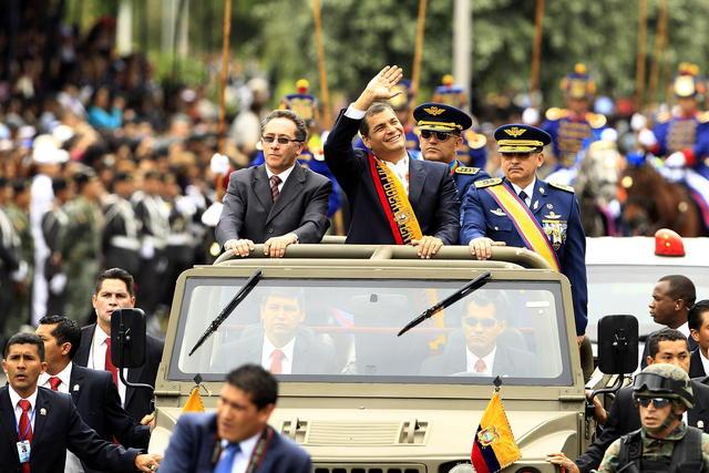 El presidente Rafael Correa (c), saluda a seguidores durante  el desfile militar por la conmemoración de los 190 años de la Batalla de Pichincha, el pasado 24 de mayo.