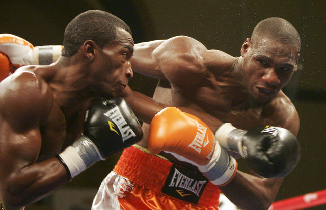 Paul Williams (der.) es castigado por el cubano Erislandy Lara en un combate del año pasado celebrado en Atlantic City, Nueva Jersey.