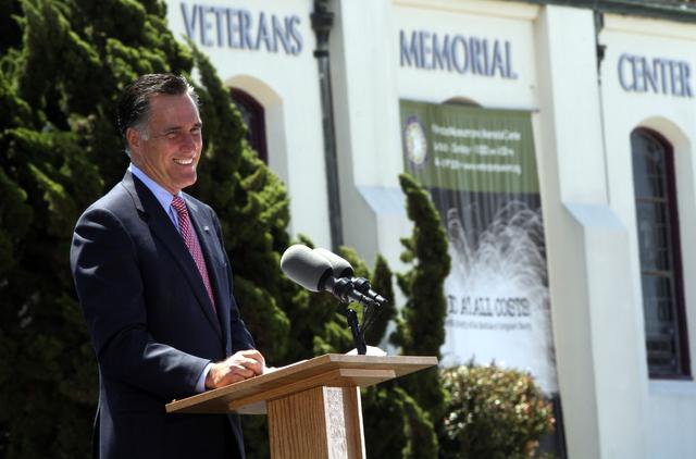 Mitt Romney habla a la prensa en San Diego, ayer.