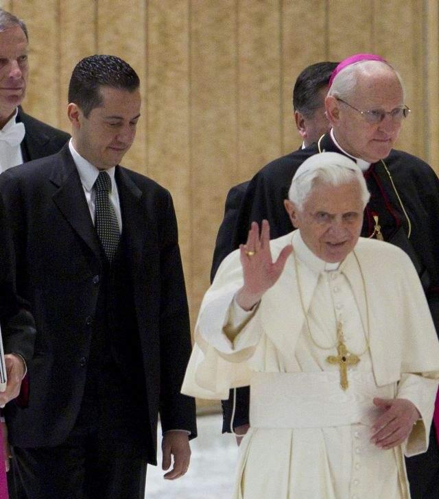 Paolo Gabriele, identificado por fuentes vaticanas como el mayordomo del Papa (izq.), junto a su Santidad  en el Vaticano.