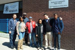 Joven hispano de Bushwick va por silla en el Concejo