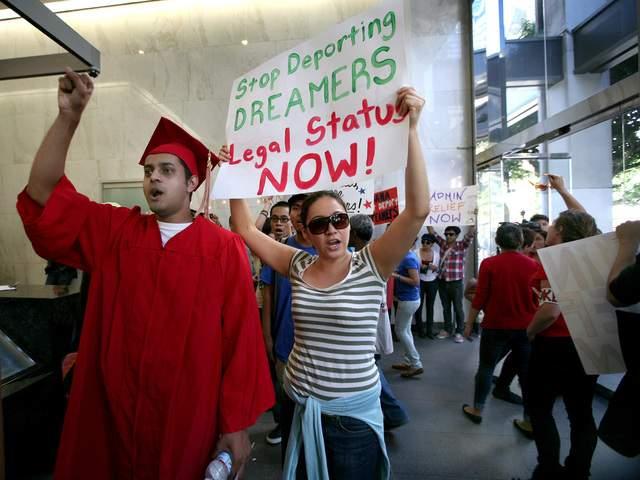 Jóvenes muestran su apoyo al DREAM Act y a  estudiantes que corrían el riesgo de ser arrestados el año pasado en LA.