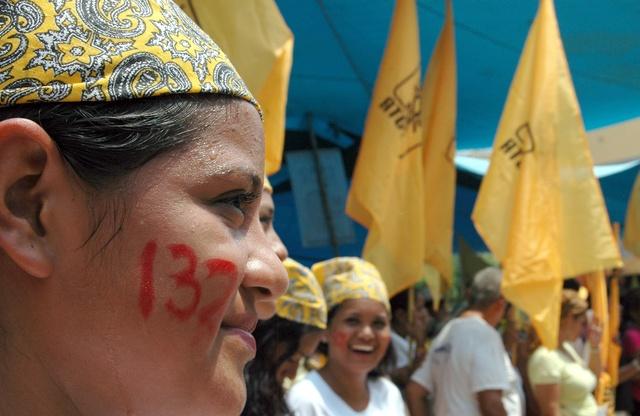 Simpatizantes realizan un mitin en apoyo al movimiento nacional estudiantil.