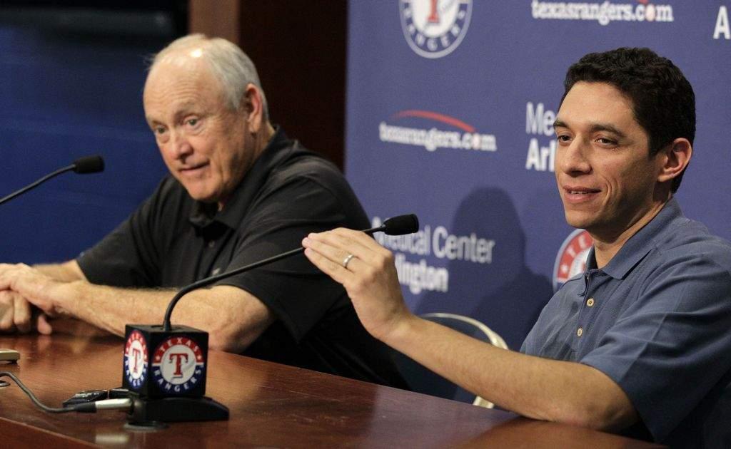 A la izquierda el presidente de los Rangers de Texas, Nolan Ryan; a la derecha Jon Daniels.
