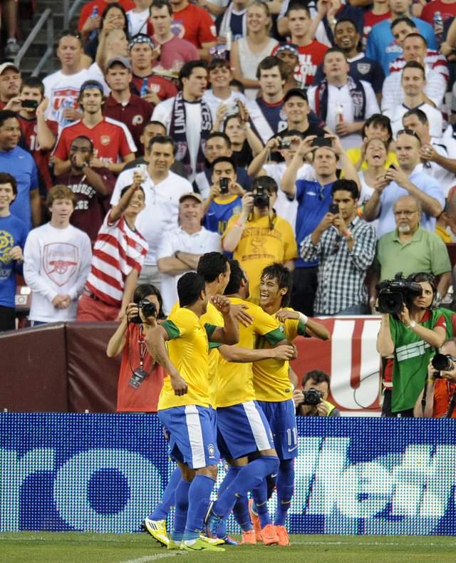 Neymar (der.) abrió el camino al fácil triunfo sobre EEUU.