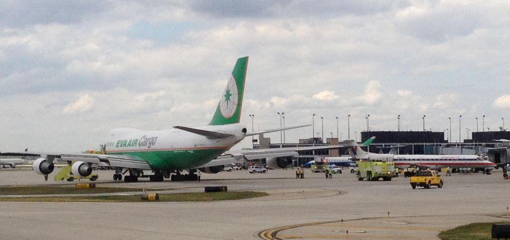 Aye, la cola de un pequeño Embraer se enganchó   con el ala de un Boeing 747 en la pista de aterrizaje.