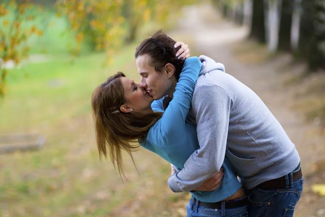 Para mantener el amor tras años de matrimonio  los expertos sugieren no caer en una rutina. Hay que poner creatividad y atesorar cada momento íntimo.