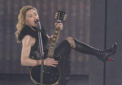 Madonna inició su gira mundial anoche con un concierto en Tel Avid ante 30,000 personas.