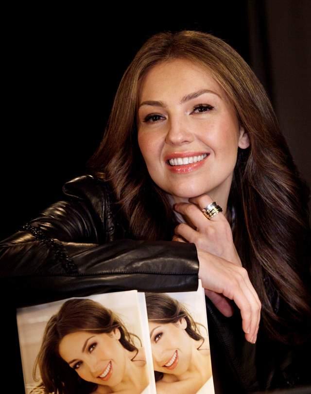 Thalía con su libro 'Cada día más fuerte'.