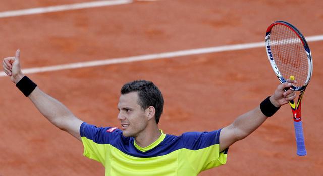 El tenista francés  Paul Henri  requirió de casi seis horas de trabajo para avanzar en el Abierto de Francia.