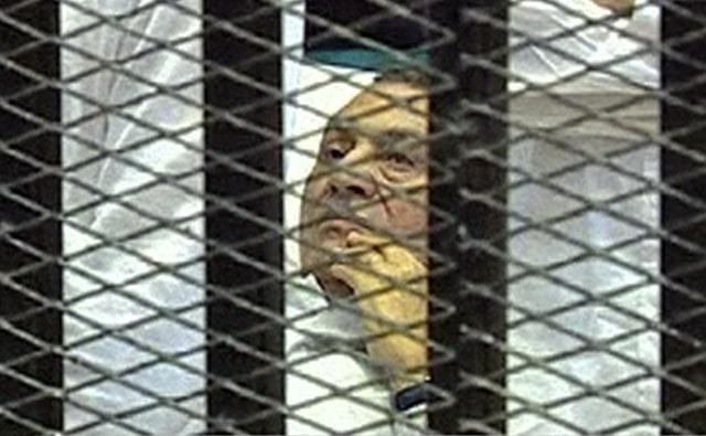 De ser hallado culpable, Mubarak, en una foto que le dio la vuelta al mundo, enfrentará la pena de muerte.