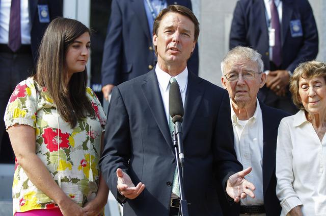 El exprecandidato demócrata, John Edwards, con su hija Cate, (i), y sus padres Bobbie y Wallace Edwards, en una rueda de prensa ayer.