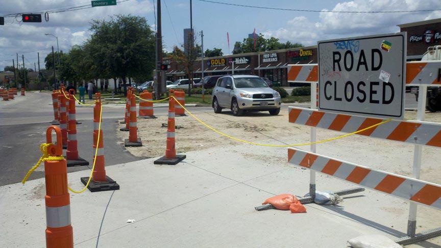 Las obras de construcción del tren ligero en Houston dificultan el tránsito y alejan a la clientela.
