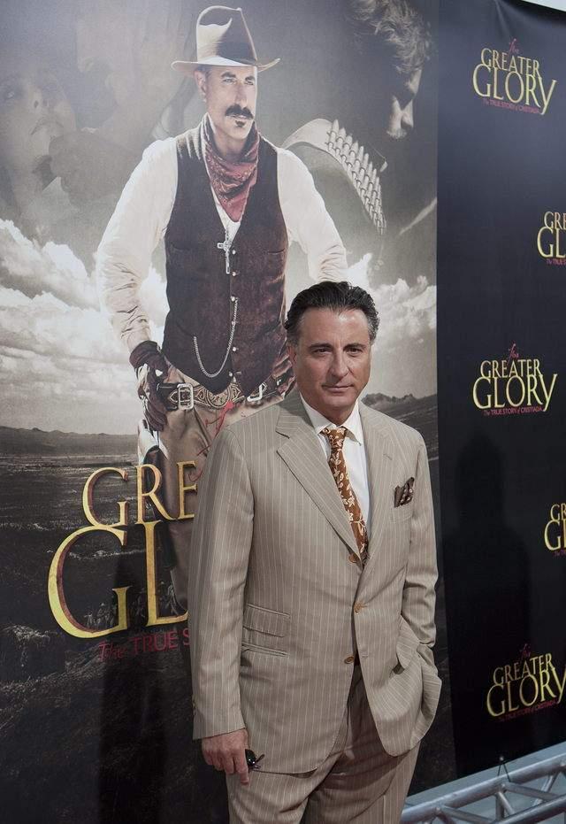 Andy García llegó con un traje a rayas.