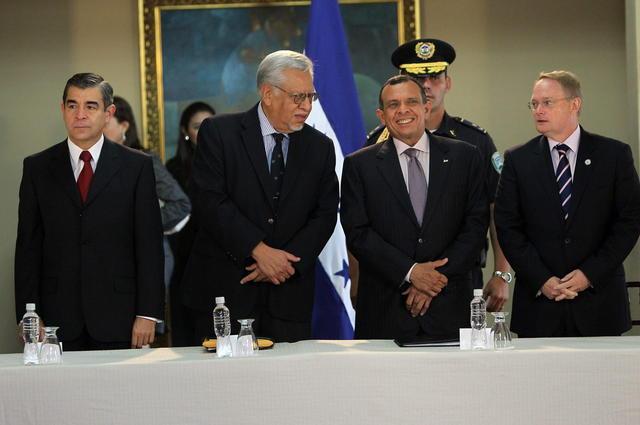 El presidente de Honduras, Porfirio Lobo (2do.),  junto a los miembros de la comisión especial para reformar la seguridad pública.