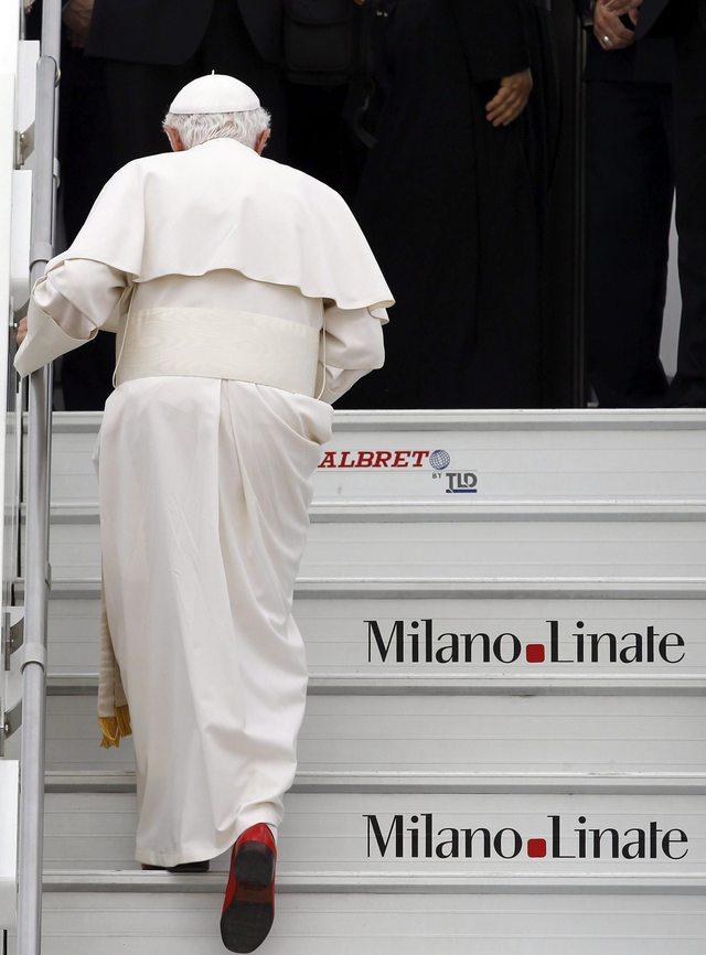 Benedicto XVI embarca de regreso desde Milán.