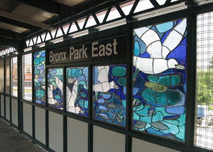 """""""B is for Birds in the Bronx"""" (2006),  es un homenaje de Cándida Alvarez a las aves de El Bronx. Esta obra está en la parada de  Bronx Park East, de la línea 5."""