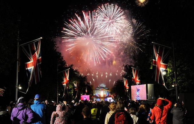 Espectadores observan los fuegos artificiales al final del concierto en honor a la reina de Inglaterra, Isabel II, ayer.