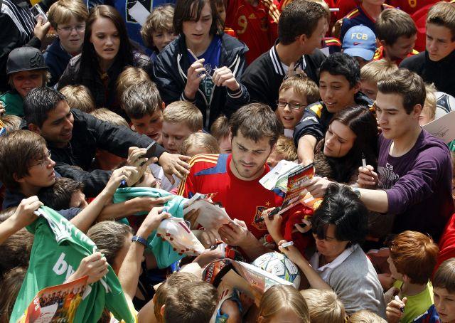 Iker Casillas, encabeza la lista de doce jugadores que disputarán la Eurocopa 2012, con más de cien partidos en su trayectoria, con la selección de su país.