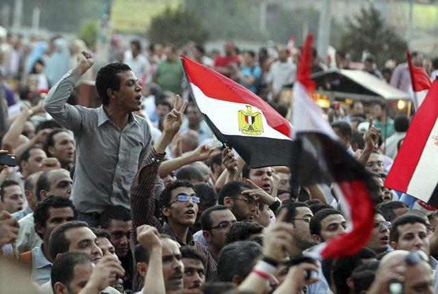 Manifestantes egipcios protestan en la plaza de Tahrir  desde el domingo contra lo leve de las sentencias.