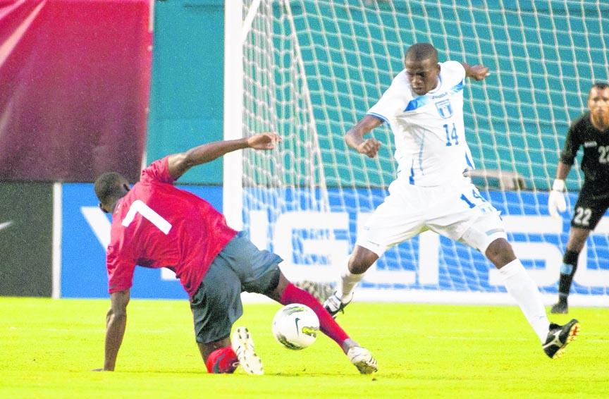 Oscar Boniek García (de blanco) en un partido de la selección de Honduras.