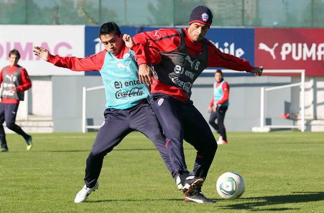Marcos González (der.), disputa  un balón con un compañero en las prácticas de ayer en el complejo deportivo Juan Pinto Durán.