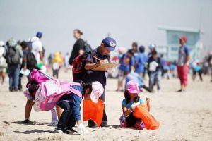 Niños salen a limpiar playas