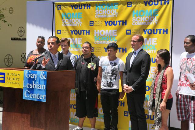 El alcalde Antonio Villaraigosa dijo que todavía queda mucho por hacer por  los gays.