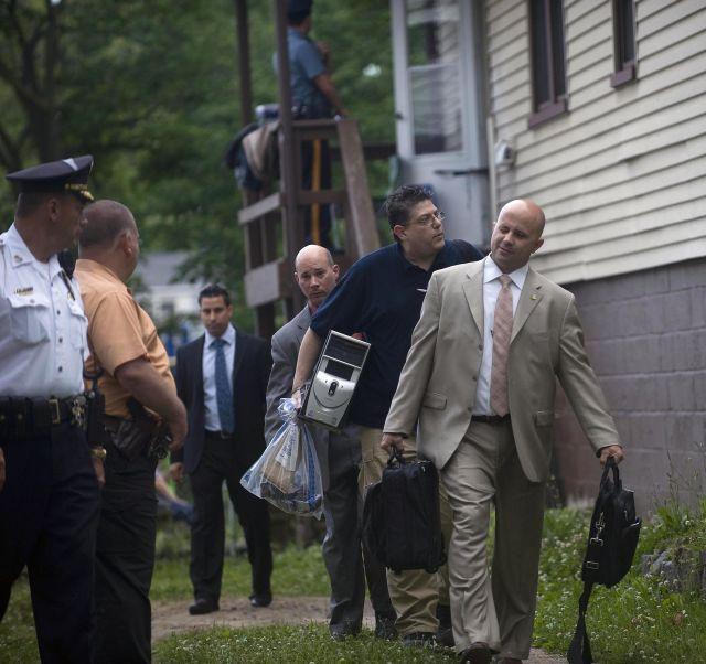 Detectives de la polícia de Nueva York confiscan objetos que encontraron en casa de Pedro Hernandez situada en Maple Shade, N.J.
