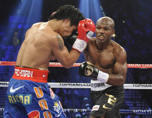 Manny Pacquiao intenta cubrirse el rostro ante el golpe de Timothy Bradley en el MGM de Las Vegas.