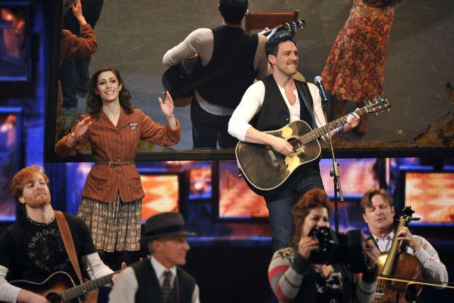 """Cristin Milioti (i) y Steve Kazee actúan en una escena de """"Once"""" en los Premios Tony."""