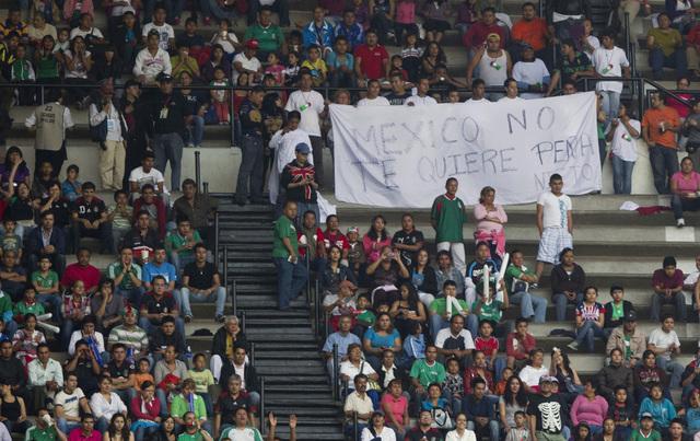 Aficionados 'antipeñistas' mostraron el viernes en el Azteca una pancarta en la que se lee: 'México no te quiere Peña Nieto'.