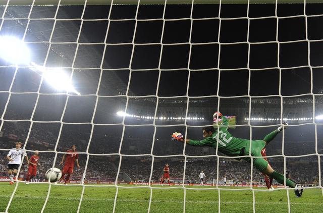 El portero luso, Rui Patricio, nada puede hacer para evitar el gol del  alemán Mario Gómez en la Arena de Lviv en Croacia.