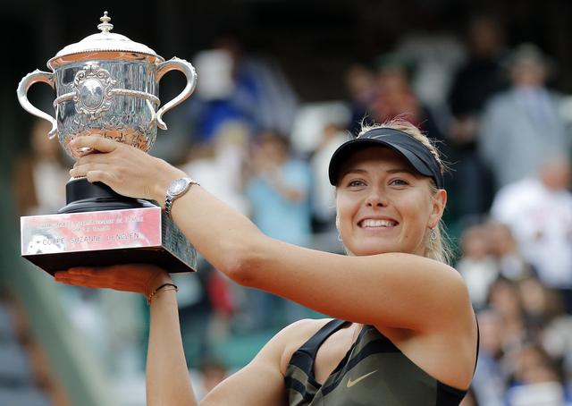 María Sharapova presume su trofeo tras una espera de cuatro años.