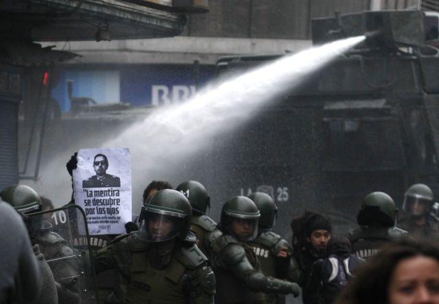 La policía utilizó cañones de gas lacrimógeno y agua para dispersar a cientos de manifestantes anti-Pinochet en protesta por el estreno de un documental, que lo muestra como héroe nacional.
