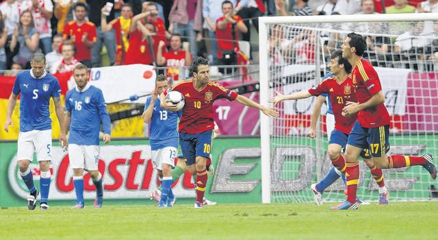 Cesc Fábregas (con el balón) celebra con sus compañeros luego de anotar ayer el gol de la igualada sobre la escuadra 'azzurra', por el Grupo C, en la Arena Gdansk de Polonia.