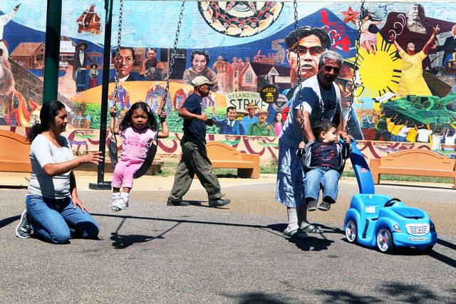 Una familia disfruta de una tarde de recreación en el Parque Unidad, en Beverly Blvd., que recibirá una inversión de 128 mil dólares.