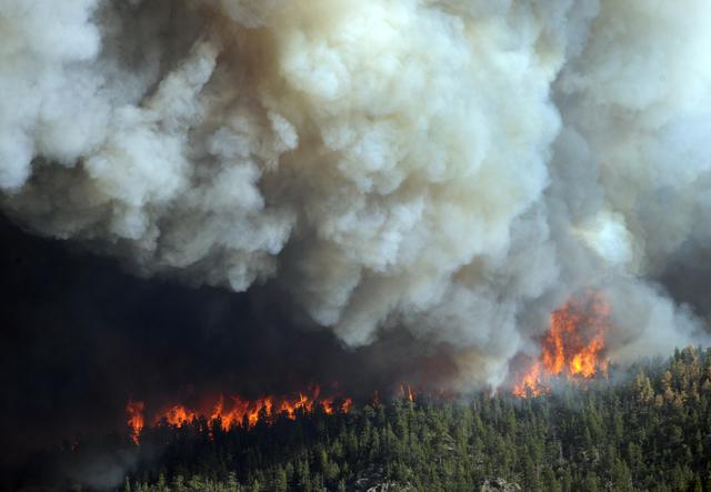 Las llamas queman hectáreas cercanas a la carretera 27 de  Larimer County y a la autopista 14 de High Park, al oeste de Fort Collins,  en Colorado.