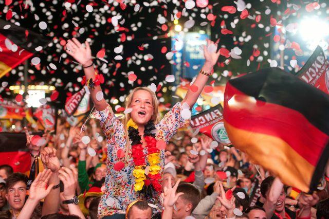 Aficionados alemanes celebran la victoria ante Holanda, en la puerta de Brandemburgo, Berlín.